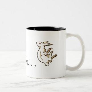 Siga la taza blanca del conejo