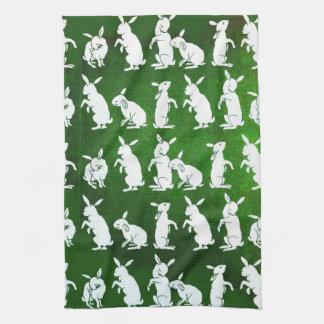 Siga la toalla de cocina blanca del conejo