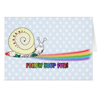 Siga su arco iris lindo del caracol de la diversió tarjeta de felicitación