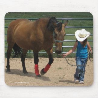 Siga su corazón - caballo del chica y del caminant mouse pads
