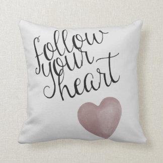 Siga su corazón cojín decorativo