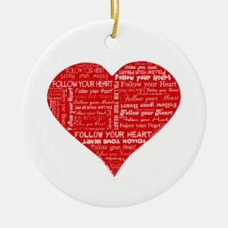 Siga su corazón rojo y blanco del corazón - del adorno navideño redondo de cerámica