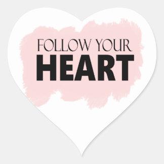 Siga su corazón y pegatina rosado del chasquido de