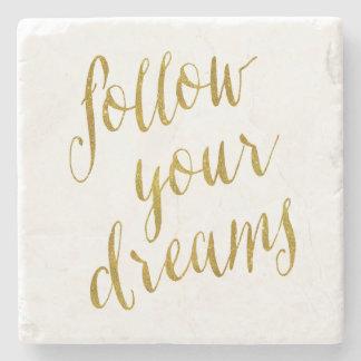 Siga su hoja de oro de la cita de los sueños falsa posavasos de piedra