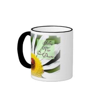 Siga su taza de café de la mariquita de los sueños