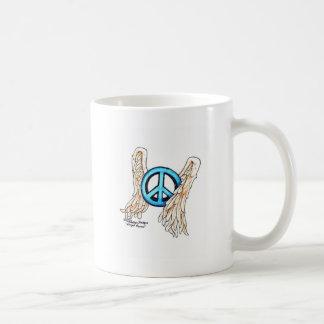Signo de la paz con alas azul taza clásica