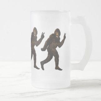 Signo de la paz de Bigfoot Taza De Cristal