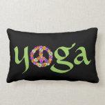 Signo de la paz de la yoga floral en negro cojin