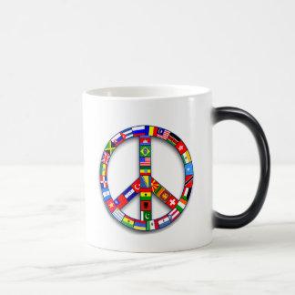 Signo de la paz hecho de las camisetas de las taza mágica