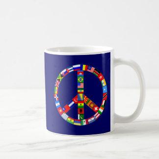 Signo de la paz hecho de productos de las banderas taza de café