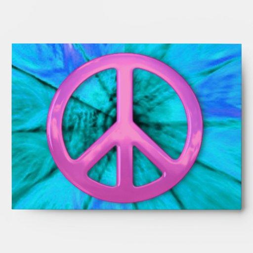 Signo de la paz rosado sobre sobres azules de la e