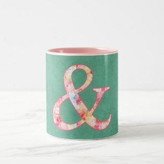 """Signo """"&"""" rosado fresco lindo de la acuarela en taza de café de dos colores"""