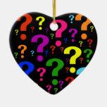 Signos de interrogación del arco iris adorno navideño de cerámica en forma de corazón