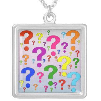 Signos de interrogación del arco iris colgante cuadrado
