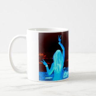 signos de la paz que agitan del chica azul del taza básica blanca