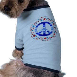 Signos de la paz rojos y azules con las estrellas camisetas de perro