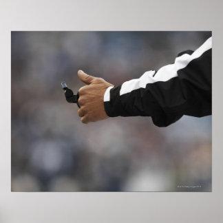 Silbido de la tenencia del árbitro del fútbol amer póster
