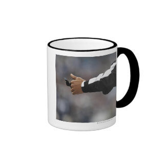 Silbido de la tenencia del árbitro del fútbol amer taza de café