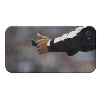 Silbido de la tenencia del árbitro del fútbol iPhone 4 Case-Mate protectores