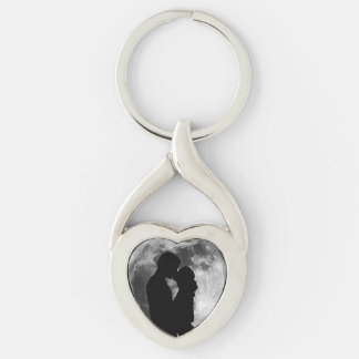 Silhouette of lovers in a full moon at night keychain