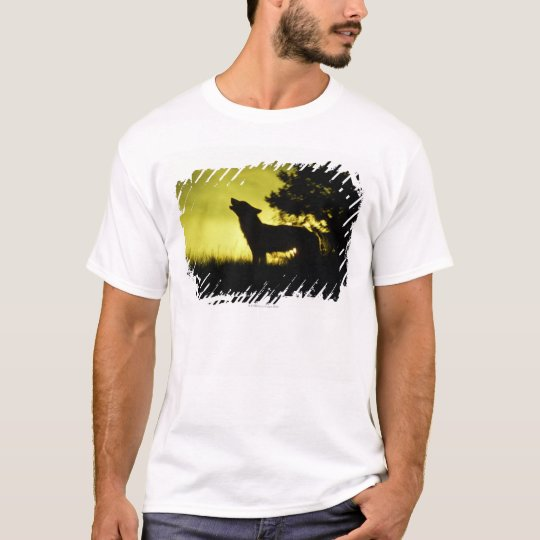 Silhouette of wolf howling T-Shirt