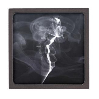 Silhoutte soñador del humo fresco sobre la púrpura caja de recuerdo de calidad
