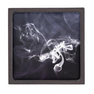 Silhoutte soñador del humo fresco sobre la púrpura cajas de regalo de calidad