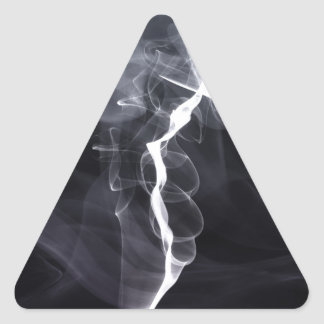 Silhoutte soñador del humo fresco sobre la púrpura pegatina triangular