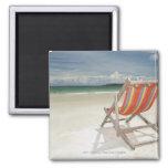 Silla de cubierta en la arena blanca de la playa d iman para frigorífico