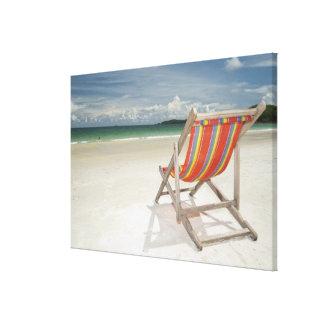 Silla de cubierta en la arena blanca de la playa d impresión de lienzo