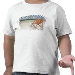 Silla de cubierta en la arena blanca de la playa d camisetas