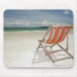 Silla de cubierta en la arena blanca de la playa d tapete de ratones