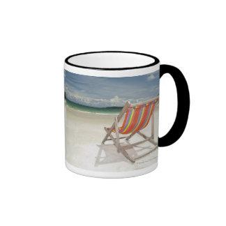 Silla de cubierta en la arena blanca de la playa taza de dos colores