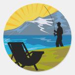 Silla de las montañas del lago de la pesca del pegatinas redondas