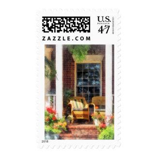 Silla de mimbre con la almohada rayada timbre postal
