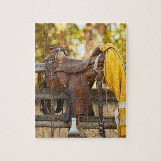 Silla de montar en la cerca puzzle con fotos