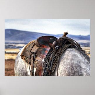 Silla de montar occidental en caballo gris póster