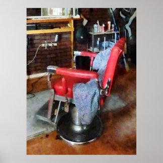 Silla de peluquero roja posters