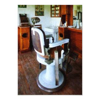Silla de peluquero y caja registradora invitación 12,7 x 17,8 cm