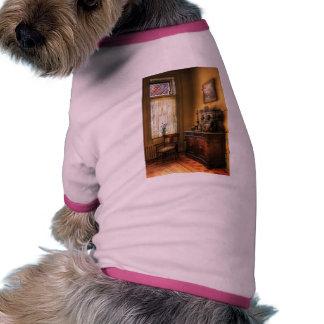 Silla - en la esquina de la cocina de la abuela camisetas de perro