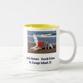 silla en la playa con la toalla y la bebida, taza de dos tonos