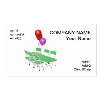 silla plegable y tablas con los globos del fiesta tarjetas de visita