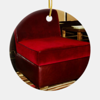Silla roja del terciopelo adorno redondo de cerámica