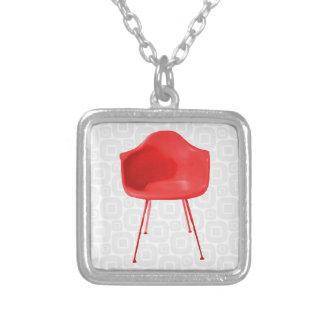 Silla roja moderna de los mediados de siglo collar plateado