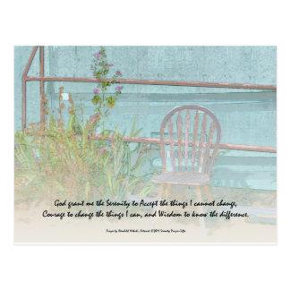Silla y flores viejas del rezo de la serenidad postales