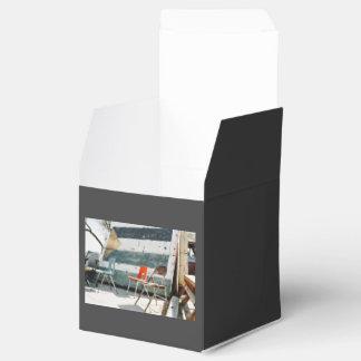 Sillas abandonadas caja para regalos de fiestas