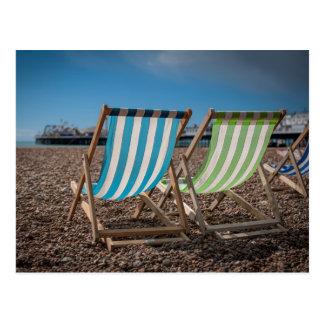 Sillas de cubierta que miran el mar tarjetas postales
