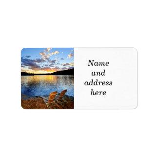 Sillas de madera en la puesta del sol en la playa etiqueta de dirección
