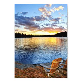 """Sillas de madera en la puesta del sol en la playa invitación 5"""" x 7"""""""