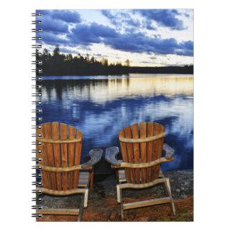 Sillas de madera en la puesta del sol en orilla libretas